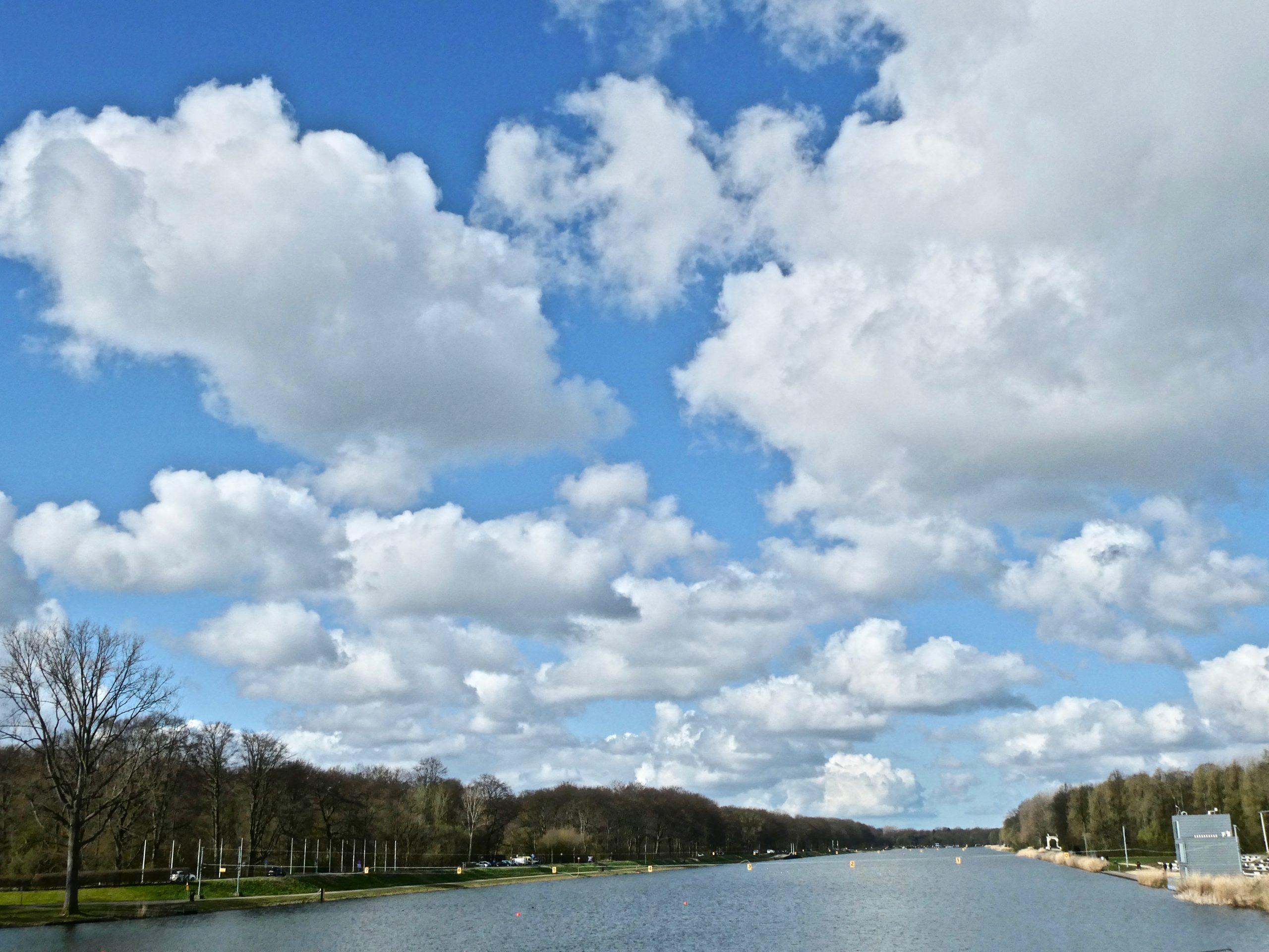 Bloemkolen boven de Bosbaan. Ook in andere open gebieden zijn soms fraaie wolkenluchten te zien.
