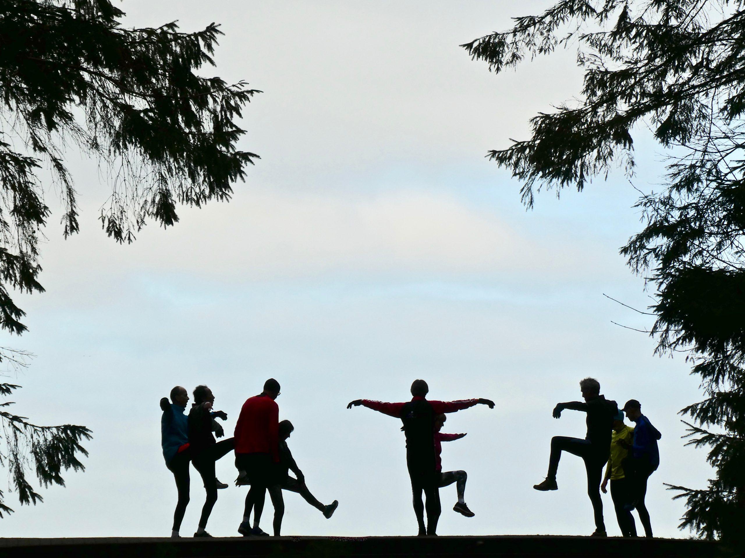 In het weekend doen hardloopclubjes altijd even de Heuvel aan voor extra oefeningen op de top.