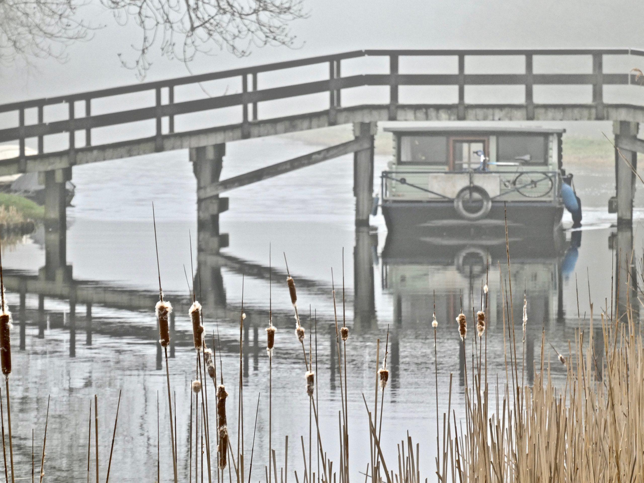 Ook dit jaar worden er weer bruggen gerenoveerd. Deze boot bij de brug over de Hoornsloot kon er net onderdoor.