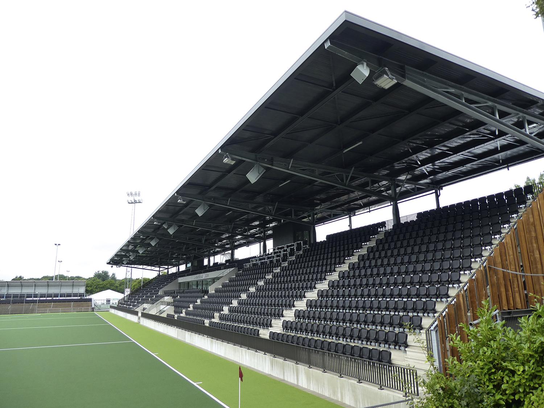 De nieuwe hoofdtribune in het Wagener Stadion, waar komend weekend het EK hockey begint