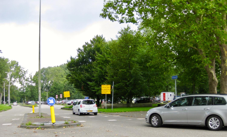 De entree naar de parkeerplaats