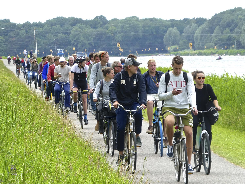 Het was het drukste roeiweekend van het jaar. De fans fietsten mee langs de Bosbaan.