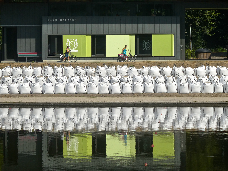 Zo'n 400 zakken met zand zijn nodig voor de opbouw van een tribune langs de Bosbaan