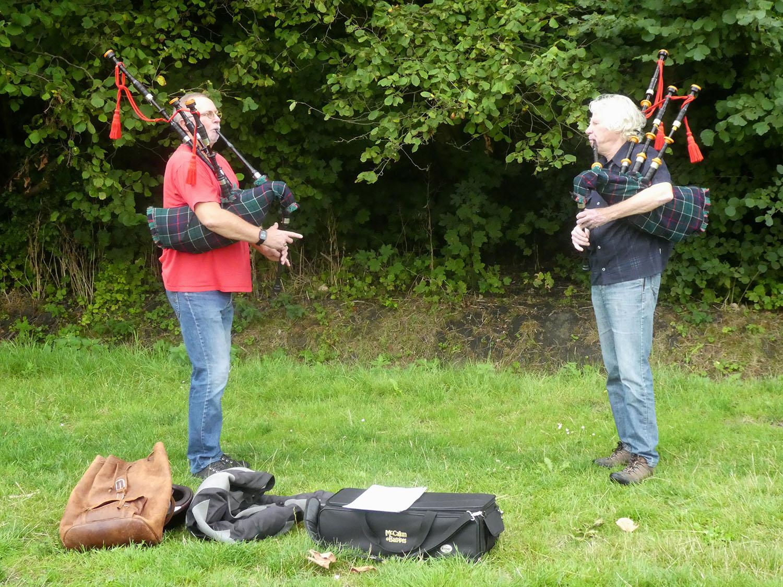 Still going strong, Hans en Jan met hun bagpipes