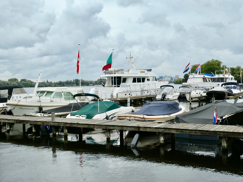 Deze boten zijn de buren van de kunstenaars