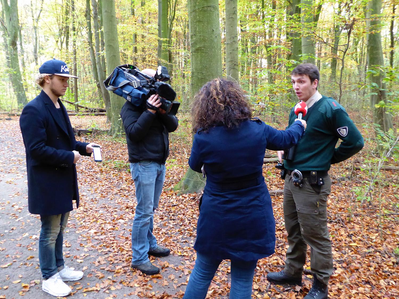Een boswachter geeft een interview aan AT5