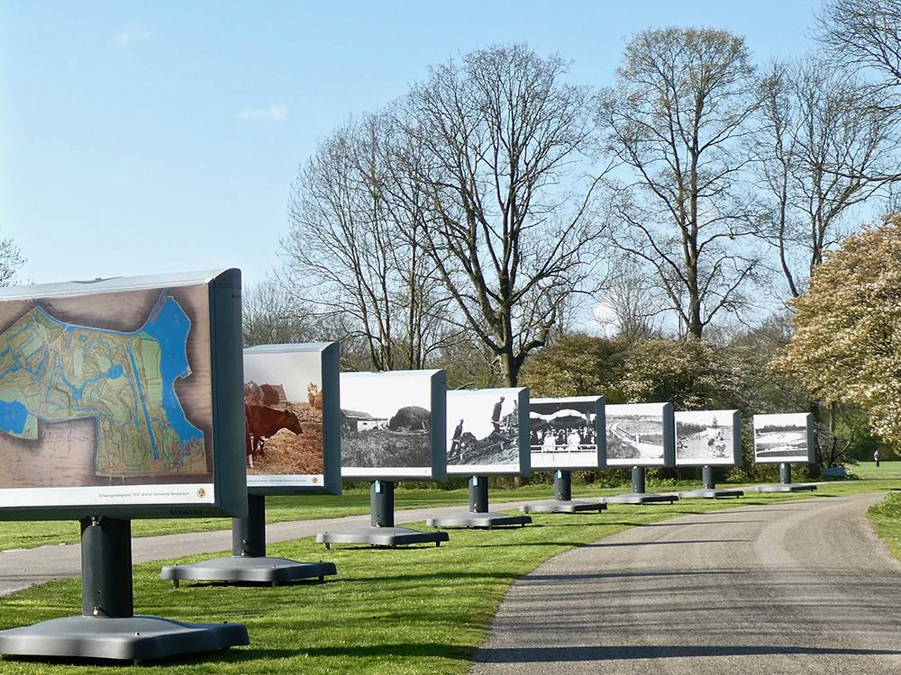 De foto-expositie langs de weg voorbij De Boswinkel