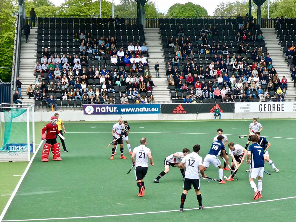 Amsterdam (wit shirt) won zondag van Pinoké en speelt nu voor de landstitel