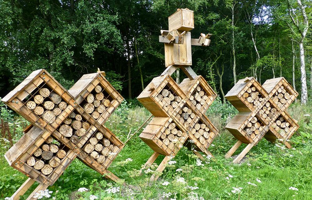 Een insectenhotel in het Bos in de vorm van de drie Andreaskruizen