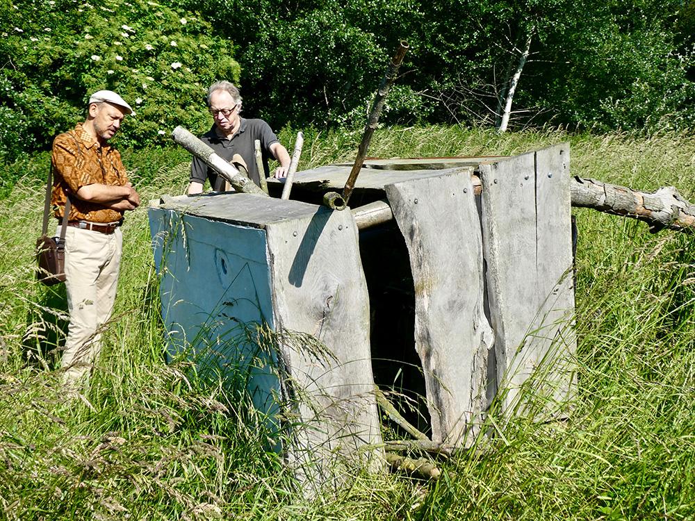 Jan Heeren (links) van het Amsterdamse Bos en schepper Dick Simonis bij het karkas van de Hochsitz