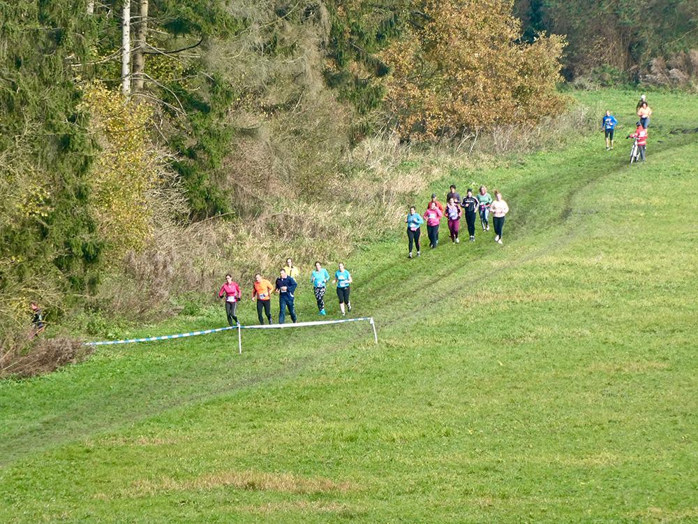 Hardlopers in de uitloop van de Heuvel