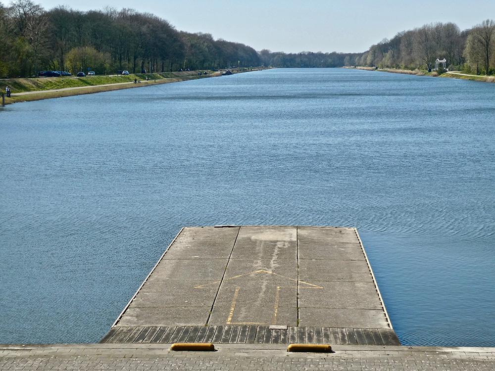 Zondagmiddag, prachtig mooi weer en niet één boot op de Bosbaan
