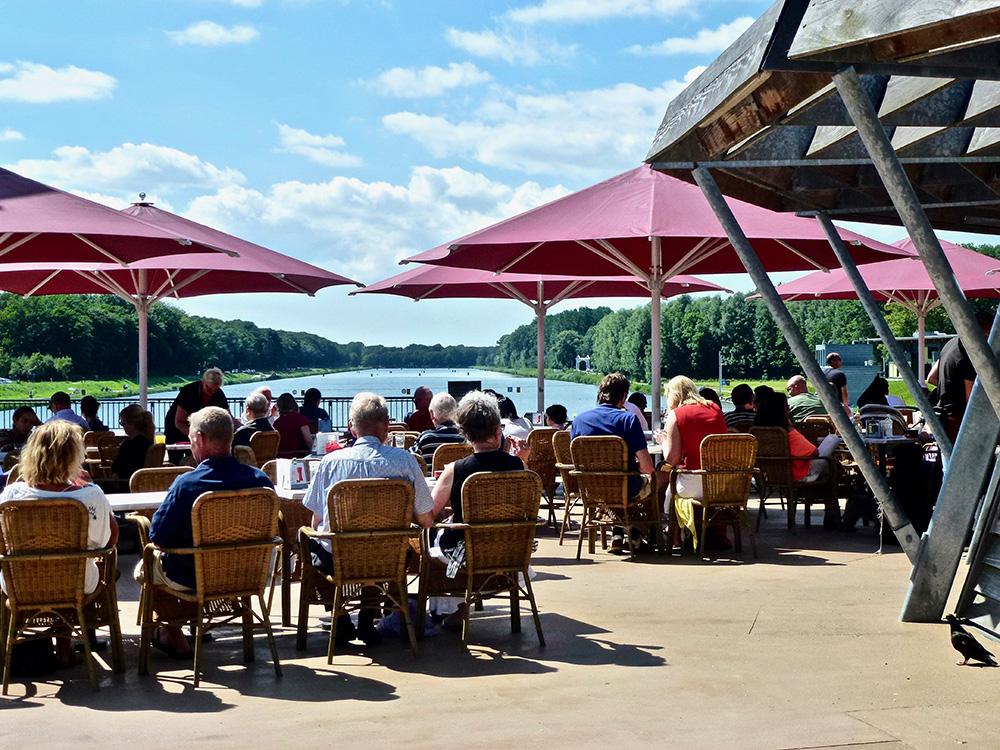 Het terras van Grand Café de Bosbaan.