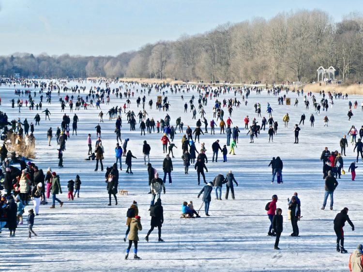 De ophaalbrug rechts is stille getuige van het panorama met schaatsers op de Bosbaan